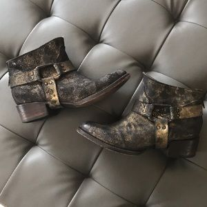 Freebird by Steven black/gold distressed boots